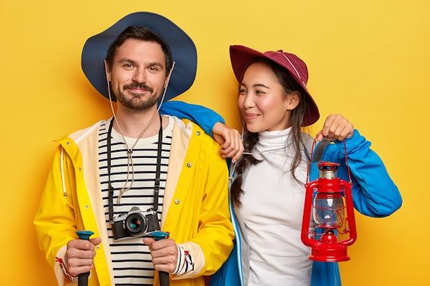 Dos amigos viajan, disfrutan de pasar el tiempo libre juntos, son turistas experimentados.