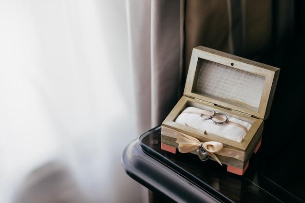 Dos anillos de boda en caja hermosa