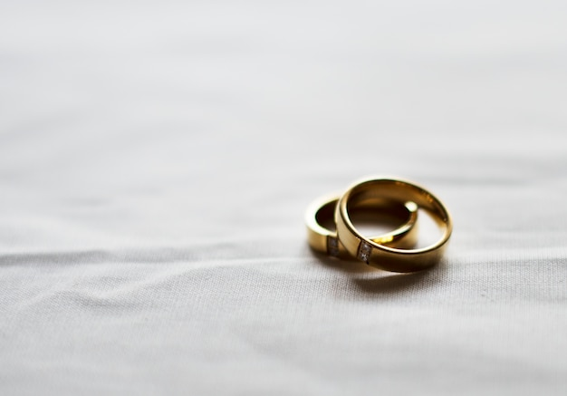 Dos anillos de bodas de oro sobre fondo blanco