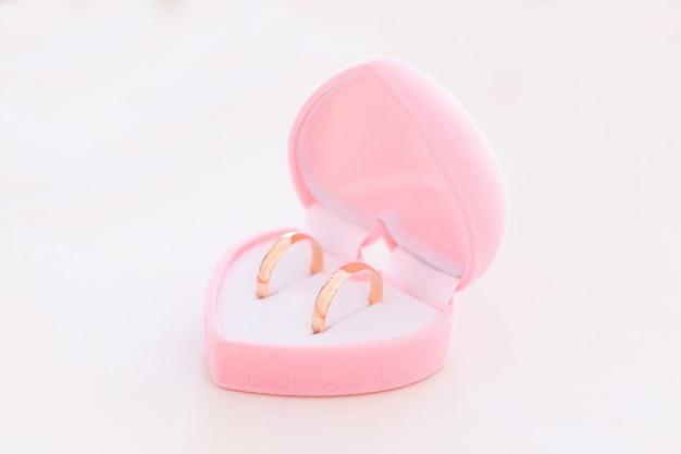 Dos anillos de bodas de oro