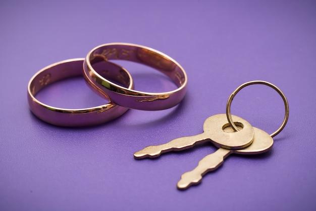 Dos anillos de compromiso de bodas de oro tradicionales