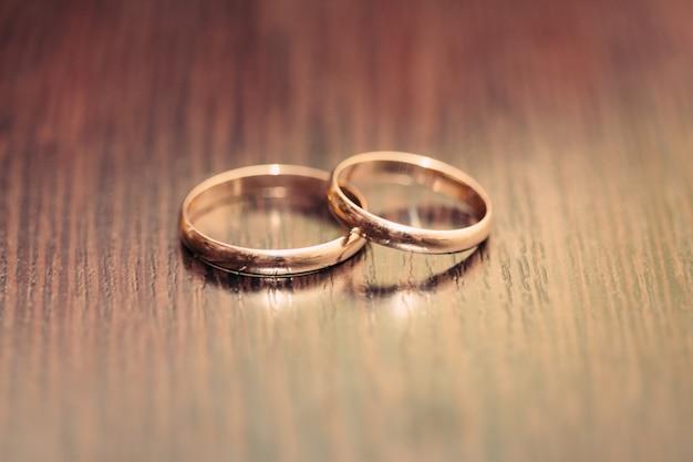Dos anillos en una superficie de madera.