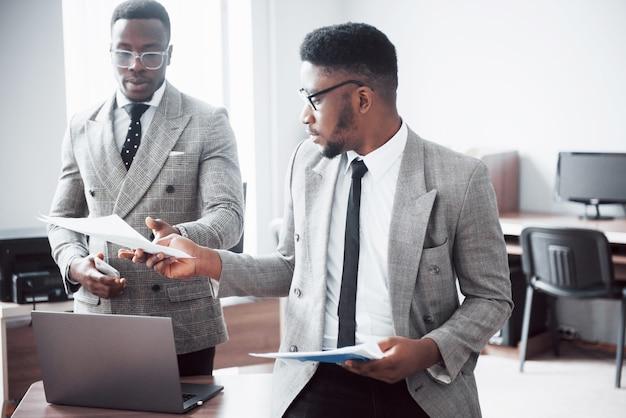 Dos apuesto hombre de negocios ejecutivo afroamericano alegre en la oficina del espacio de trabajo