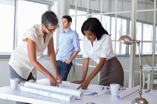 Dos arquitectos mirando planos