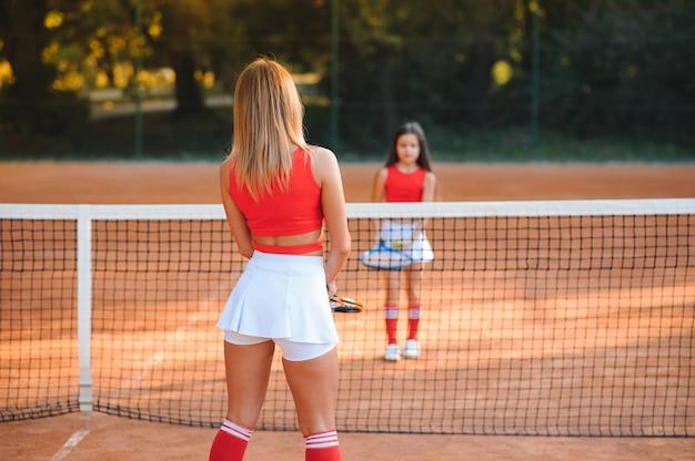 Dos atleta femenina deportiva en la cancha de tenis