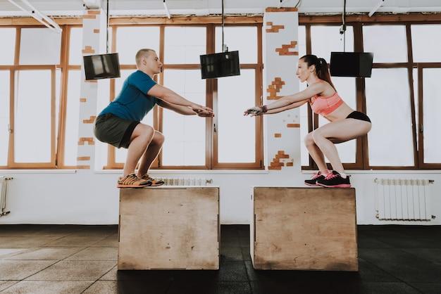 Dos atletas es entrenamiento en gimnasio moderno.