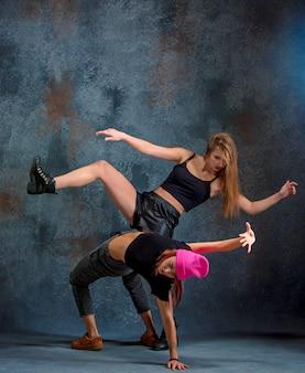 Las dos atractivas mujeres bailando twerk en el estudio