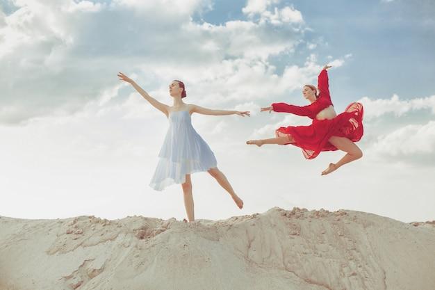 Dos bailarinas bailando en el desierto