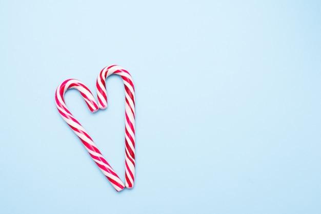 Dos bastones de caramelo en forma de corazón
