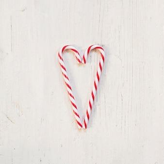 Dos bastones de caramelo haciendo un corazón para navidad