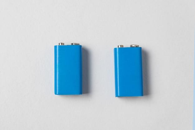 Dos baterías azules pp3 en el fondo blanco. batería principal para fuentes de alimentación personales. copia espacio