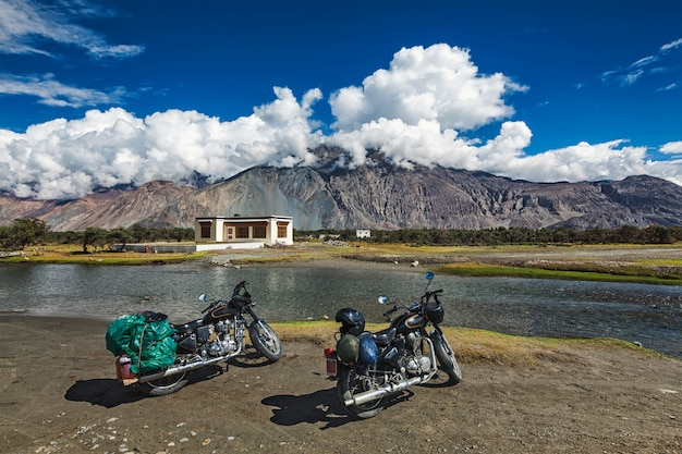 Dos bicicletas en el himalaya. ladakh, india