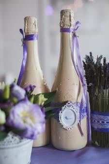 Dos botellas de champán decoradas en la celebración de la boda.