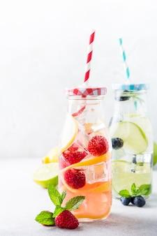 Dos botellas de vidrio con limonada.