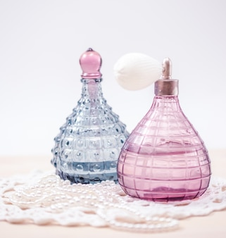 Dos botellas de vidrio