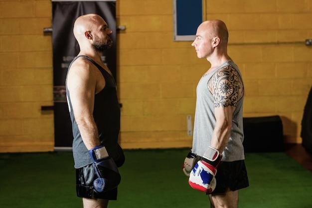 Dos boxeadores de pie frente a frente