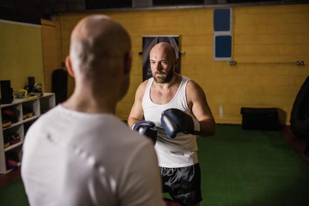 Dos boxeadores practicando boxeo en el gimnasio