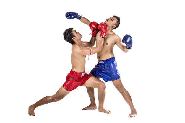Dos boxeadores tailandeses que ejercitan el arte marcial tradicional, aislado en el fondo blanco