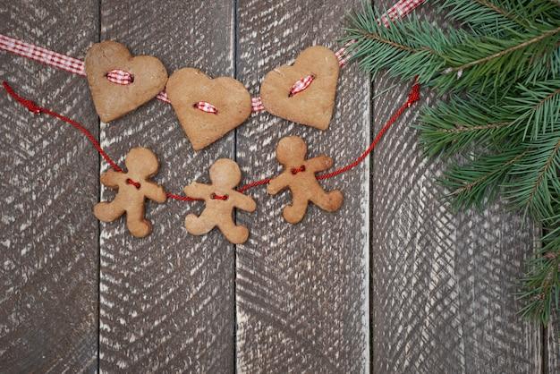 Dos cadenas de galletas de jengibre