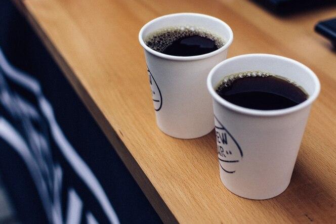Dos cafés preparados para llevar