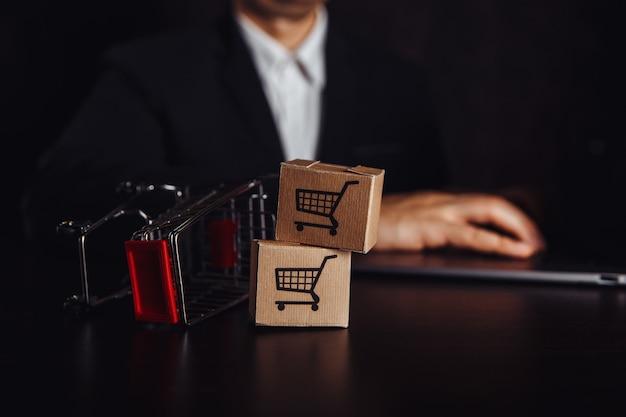 Dos cajas de papel en carrito. concepto de compras, comercio electrónico y entrega en línea