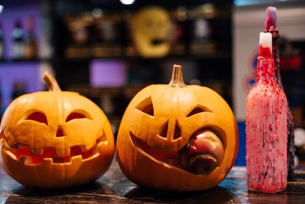 Dos calabazas de halloween jack-o'-lantern en el otoño