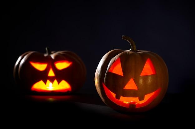 Dos calabazas de halloween en negro
