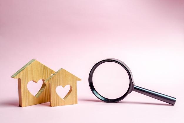 Dos casas de madera con un corazón.