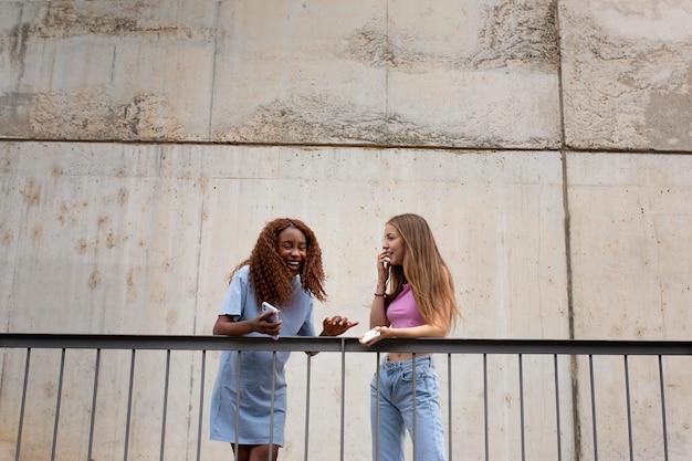 Dos chicas adolescentes, pasar tiempo juntos al aire libre