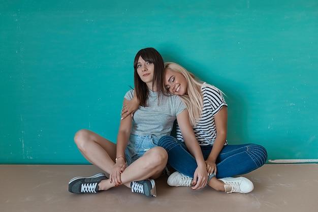 Dos chicas alegres disfrutan de la compañía de los demás