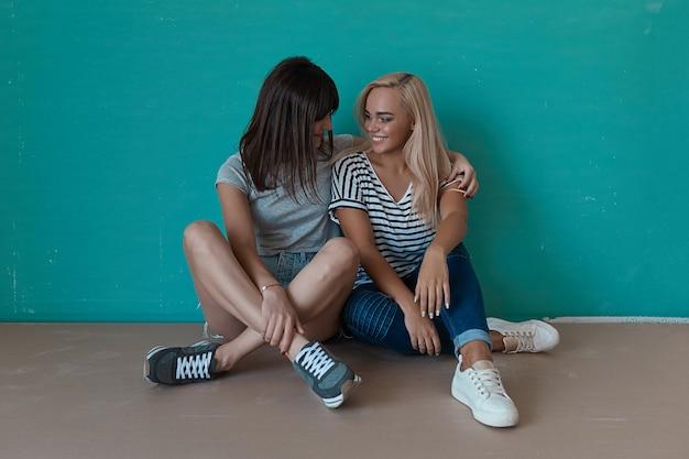 Dos chicas alegres que se miran