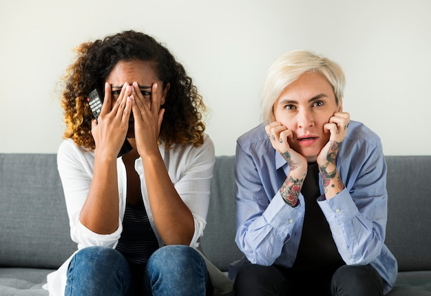 Dos chicas aterrorizadas en un sofá