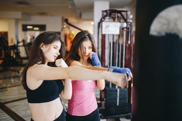 Dos chicas atléticas en el gimnasio.