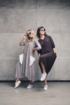 Dos chicas atractivas en vestido de moda de verano