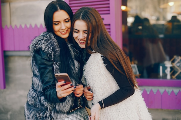 Dos chicas en una ciudad