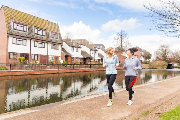 Dos chicas corriendo al aire libre en londres