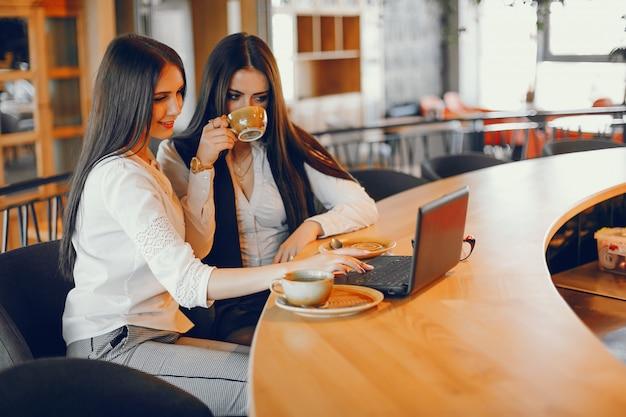 Dos chicas de lujo sentados en un restaurante