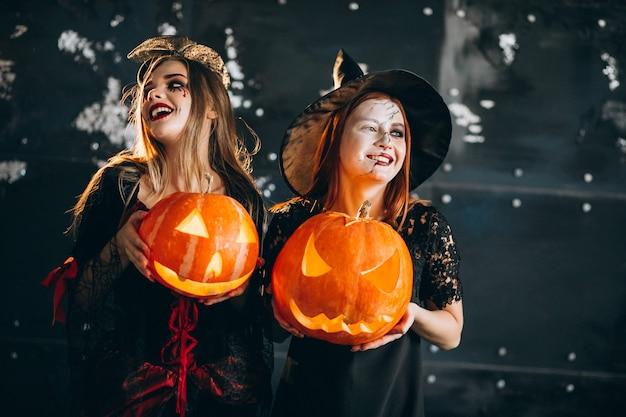 Dos chicas en disfraces de halloween