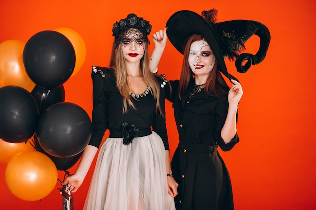 Dos chicas en disfraces de halloween