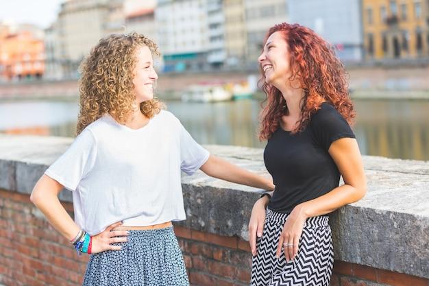Dos chicas divirtiéndose juntas en la ciudad.