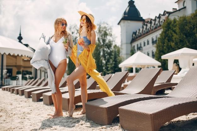 Dos chicas elegantes en un resort