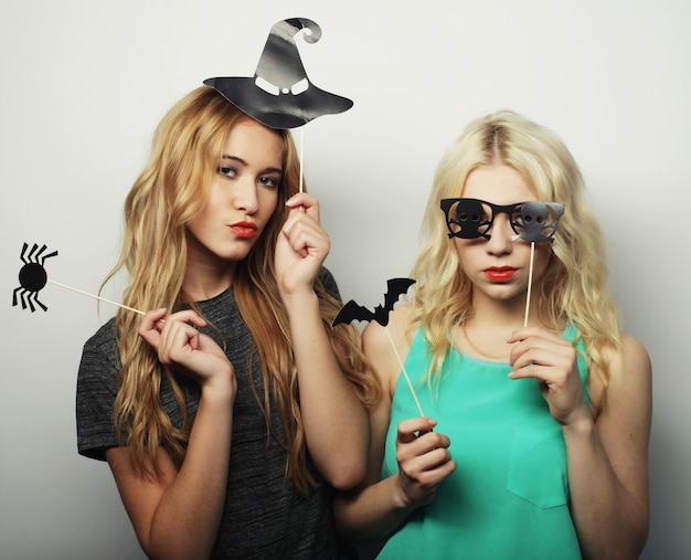 Dos chicas con estilo hipster sexy listas para la fiesta