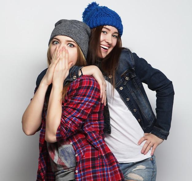 Dos chicas con estilo hipster sexy mejores amigos