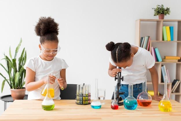 Dos chicas experimentando con ciencia