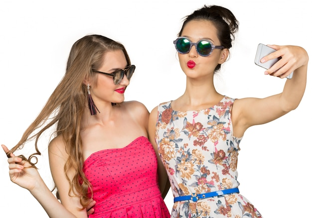Dos chicas guapas haciendo selfie