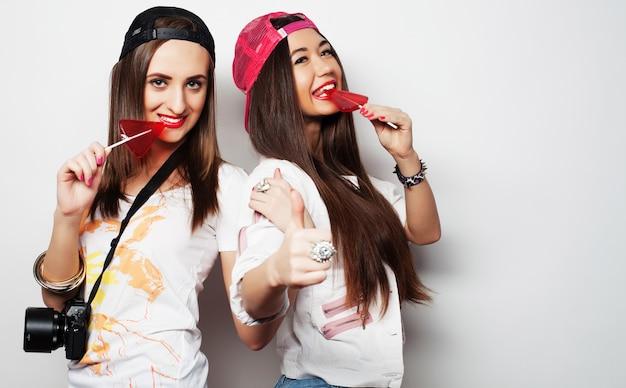 Dos chicas guapas hipster jóvenes