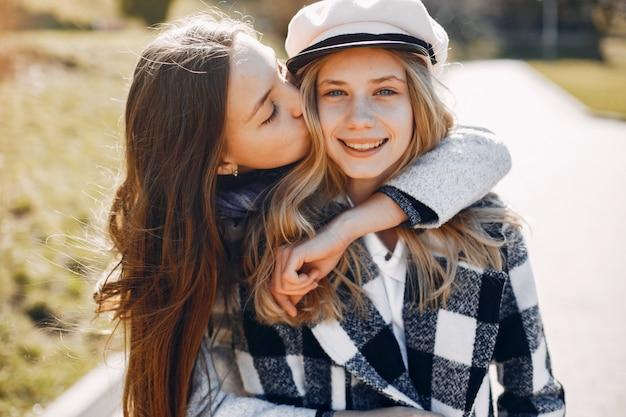 Dos chicas guapas en un parque de primavera