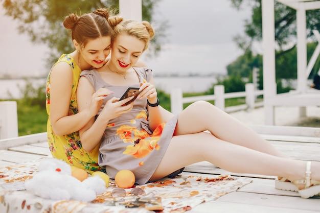 Dos chicas guapas en un parque de verano