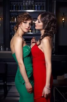 Dos chicas guapas en el restaurante.