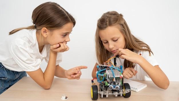 Dos chicas haciendo experimentos científicos juntos.